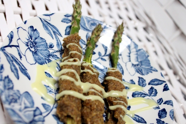 asparagi con panatura ai semi di lino ed erbe aromatiche serviti con gli avanzi di maio-crema / dehydrated asparagus coated with linseeds and herbs and served with leftovers of mayo-dip