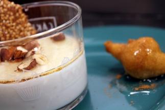 """""""yogurt greco"""" di mandorla con mandorle tostate e sciroppo d'agave"""